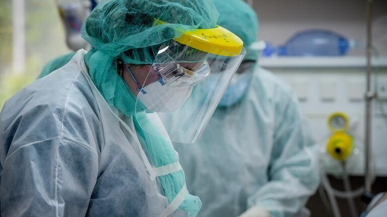 Κορωνοϊός: «Εκτοξεύτηκε» ο αριθμός των νοσηλειών