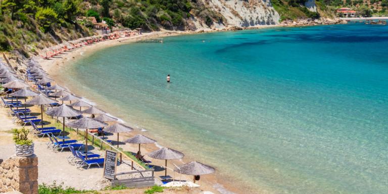 Reuters: Η Ελλάδα από τον Μάιο θα ετοιμάζει ξαπλώστρες και ομπρέλες για τους τουρίστες