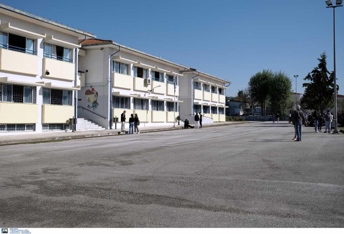 Θεσσαλονίκη: Μπήκε στην τάξη και τίναξε τα μαθήματα στον αέρα ο 16χρονος που δεν έκανε self test (video)