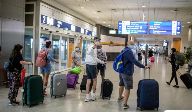 Οι Βρετανοί ετοιμάζουν διαβατήριο εμβολιασμού για τις διακοπές τους στην Ελλάδα