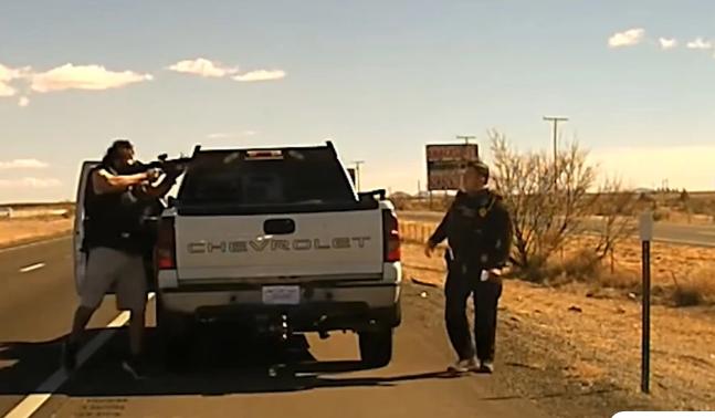 Σκληρό βίντεο με τη στιγμή της δολοφονίας αστυνομικού στην άκρη του δρόμου από έμπορο ναρκωτικών