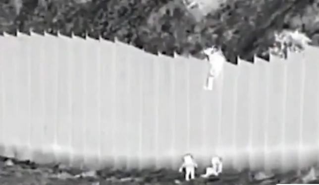 Σοκαριστικές εικόνες: Διακινητής πετάει δύο κοριτσάκια από τοίχο στα σύνορα ΗΠΑ – Μεξικού