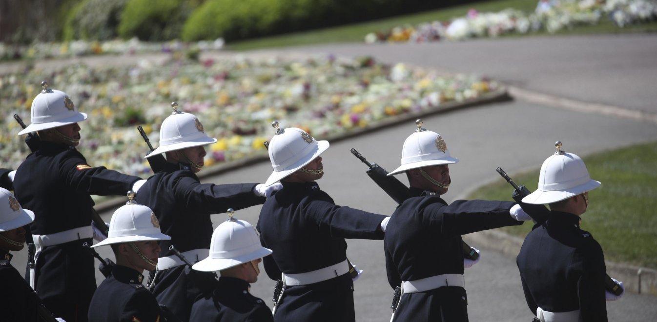 Πρίγκιπας Φίλιππος: Με τον ελληνικό σταυρό το φέρετρο – Live εικόνα από την κηδεία