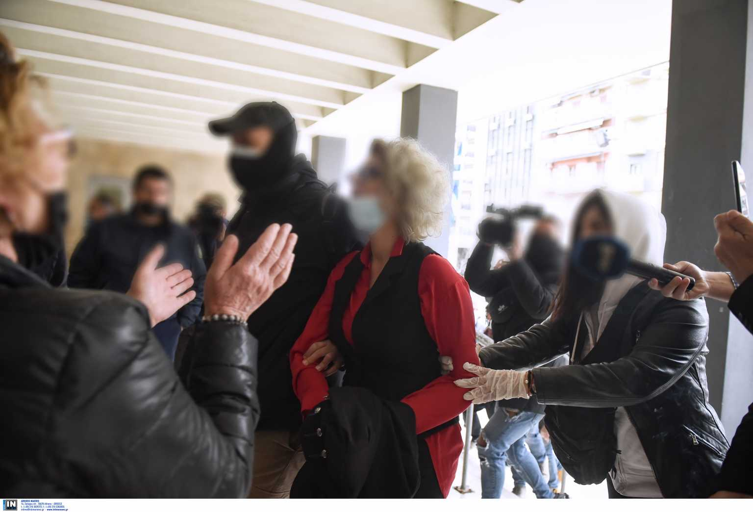 Θεσσαλονίκη: Αποθέωθηκε ξανά στα δικαστήρια η μητέρα αρνήτρια των self test – «Γονείς τώρα είναι η ώρα» (video)