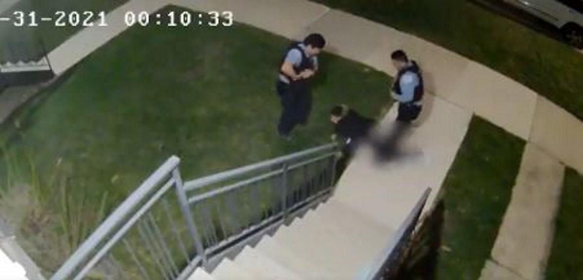 Νέο βίντεο σοκ: Αστυνομικοί στο Σικάγο καταδιώκουν και πυροβολούν 22χρονο (vid)