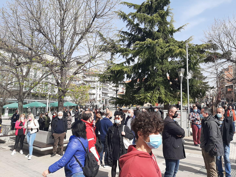 Κοζάνη: Διαμαρτυρία για τα κλειστά καταστήματα – Η στιγμή της έντασης μπροστά στο δημαρχείο (video)