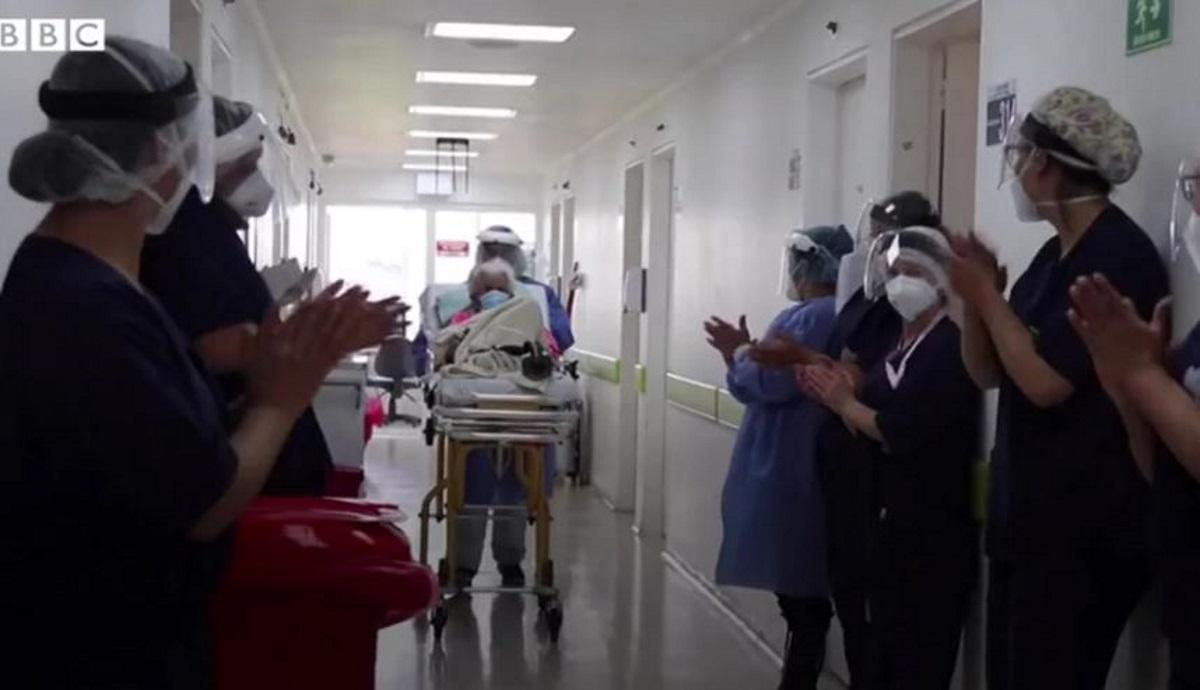 Γιαγιά 104 ετών νίκησε τον κορονοϊό για 2η φορά – Χειροκροτούσαν όταν βγήκε από τη ΜΕΘ (vid)