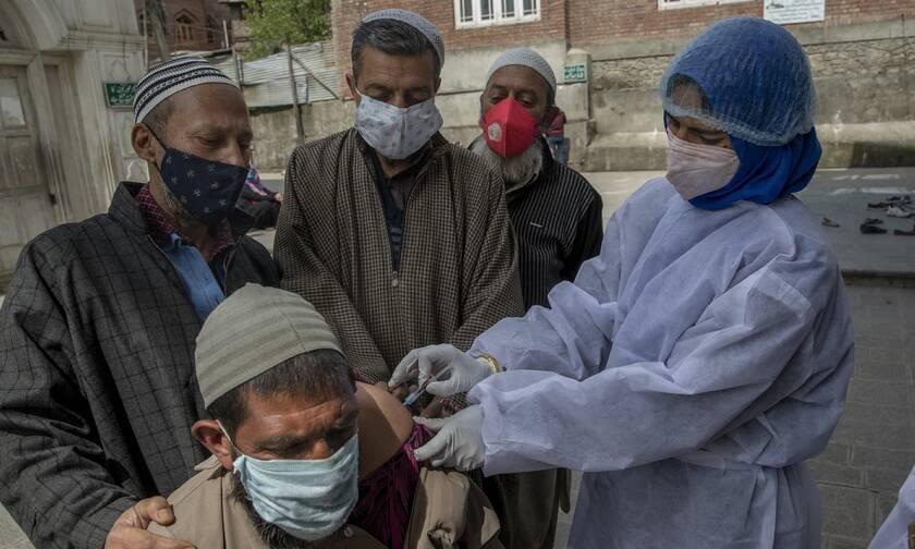 Τρόμος για τον κορονοϊό στην Ινδία: 2.104 θάνατοι και 300.000 κρούσματα σε 24 ώρες