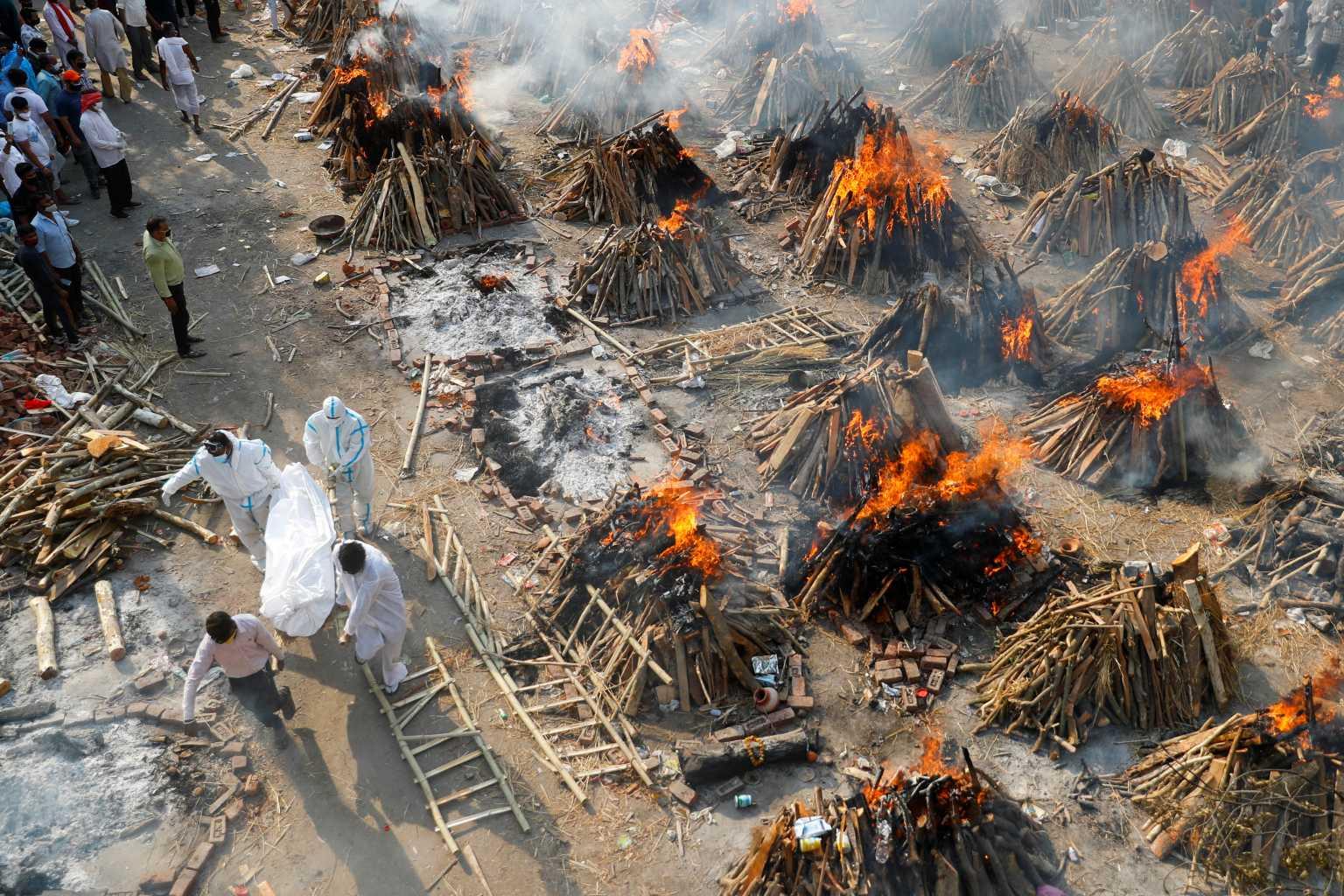 Τι συμβαίνει στην Ινδία; Ο Ηλίας Μόσιαλος εξηγεί το «τσουνάμι» κορονοϊού