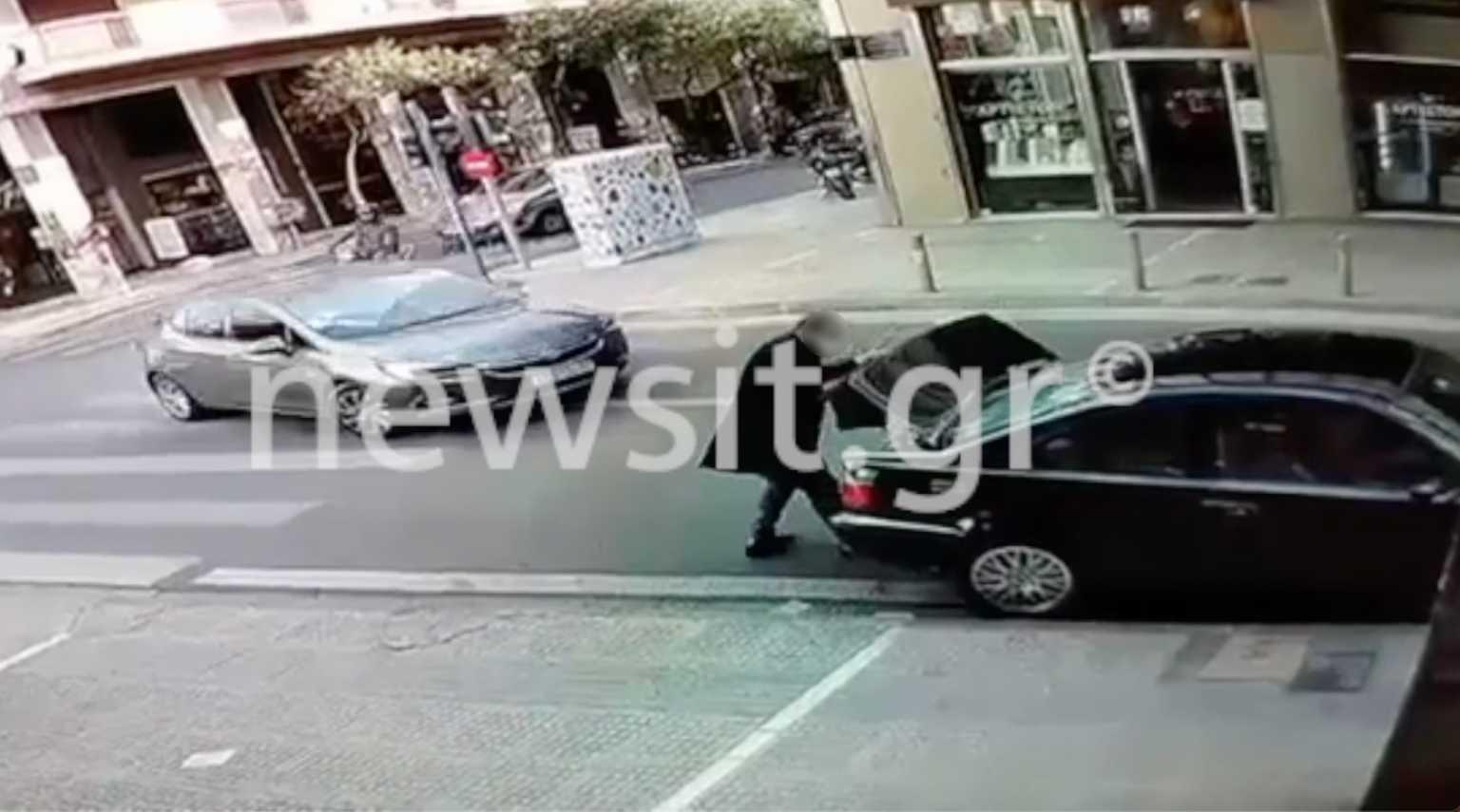 Εικόνες ντοκουμέντο: Έτσι «βουτάνε» τσάντες από αυτοκίνητα