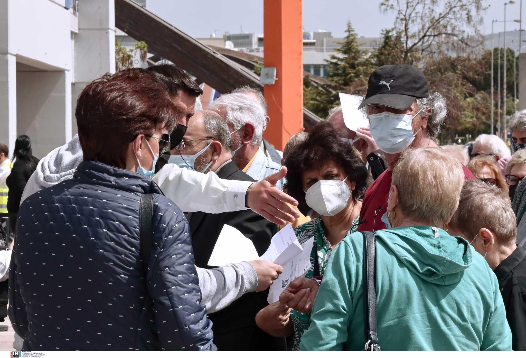 «Συνωστισμός» στο εμβολιαστικό Προμηθέας στο Μαρούσι – Ουρές για εμβολιασμό (pics)