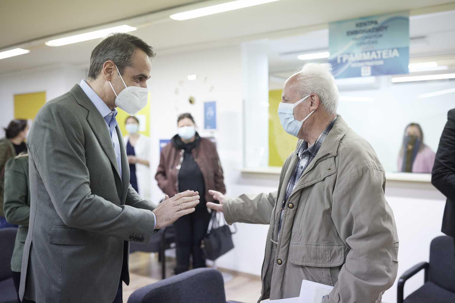 Μητσοτάκης σε ηλικιωμένους που περίμεναν για εμβόλιο: Θα μου προσέχετε – Έρχεται ο ψηφιακός φάκελος υγείας