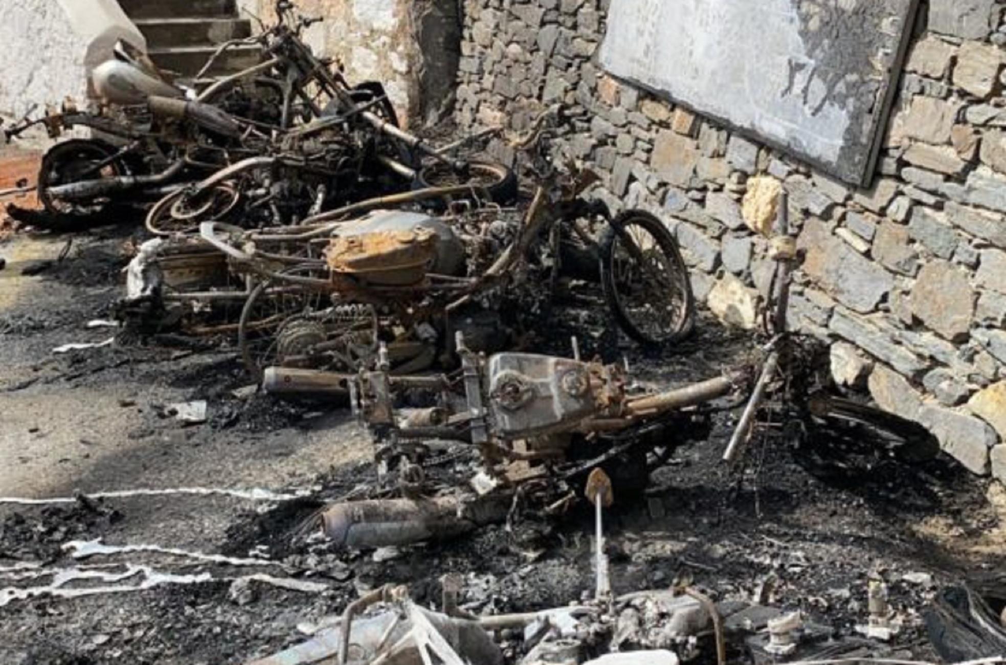 Σύρος: Τα μηχανάκια έγιναν στάχτη στη σειρά – Δεν γλίτωσε κανένα από την περίεργη φωτιά στο σημείο (pics)