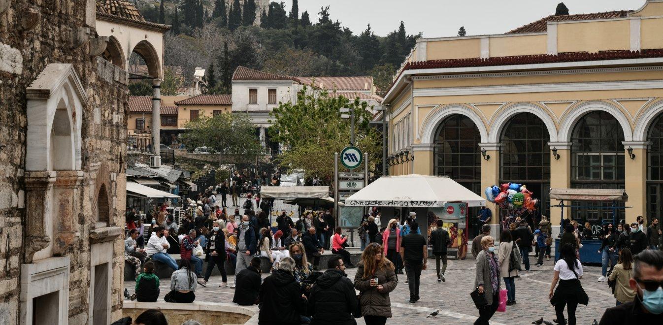 Lockdown: Κόσμος στο Μοναστηράκι παρά τα κλειστά μαγαζιά