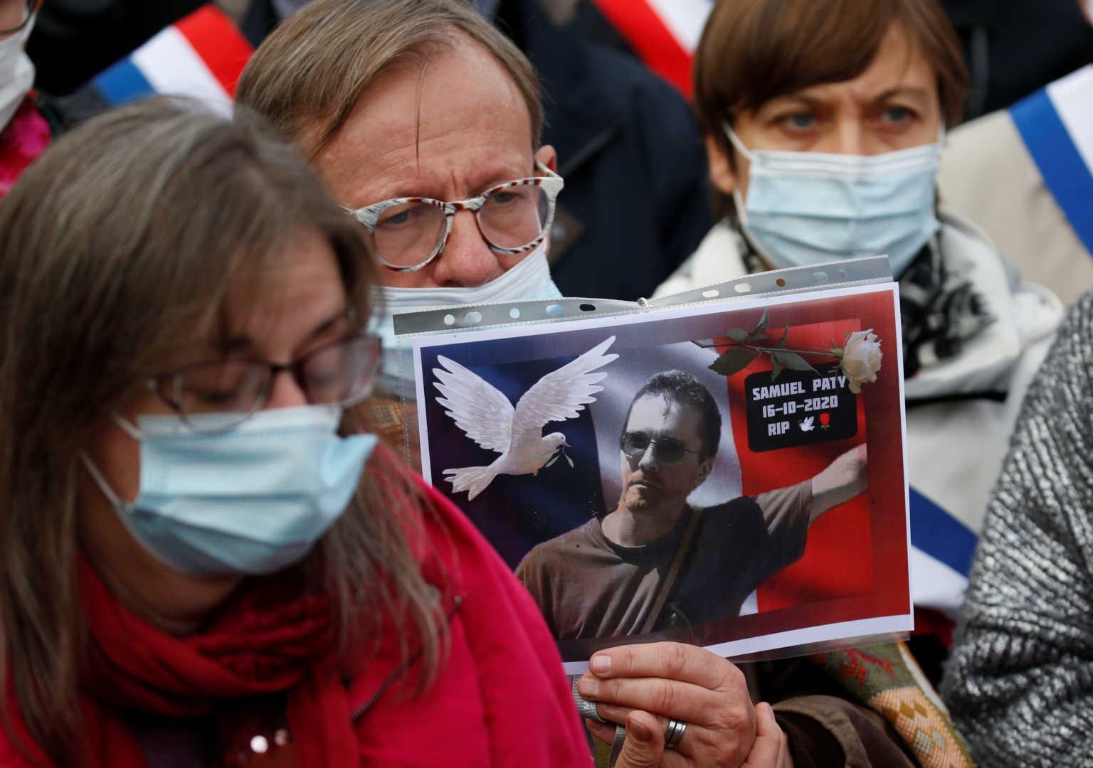 Βρήκαν φωτογραφία του καθηγητή που αποκεφάλισαν στο Παρίσι, σε σπίτι ύποπτης για ισλαμιστική επίθεση