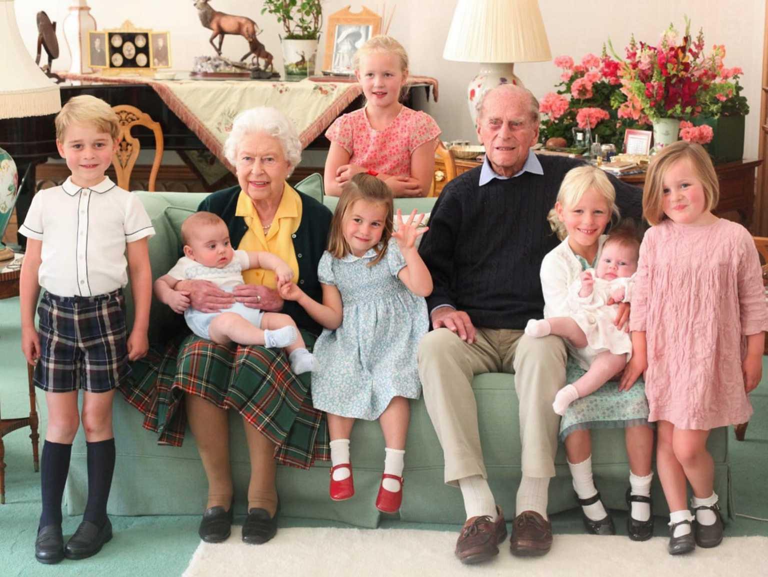 Πρίγκιπας Φίλιππος και βασίλισσα Ελισάβετ μαζί με 7 από τα δισέγγονά τους – Συγκινητική φωτογραφία