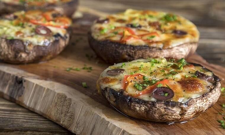 Μανιτάρια πίτσα από τον Άκη Πετρετζίκη