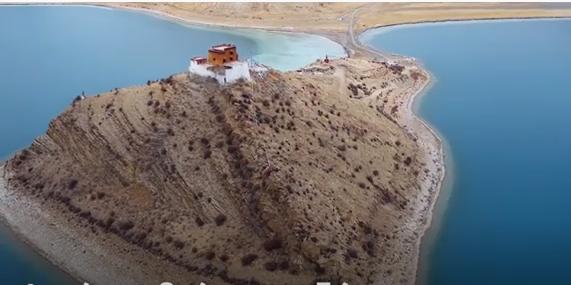 Ο μοναχικότερος άνθρωπος ζει σε έναν ναό στο Θιβέτ παρέα… με έναν θαυματουργό βράχο
