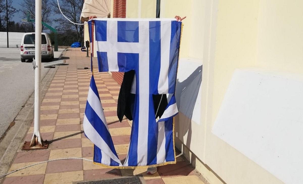 Θεσσαλονίκη: 14χρονα έσκισαν την ελληνική σημαία σε σχολείο