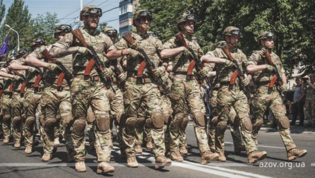 Μήνυμα πολέμου από Ουκρανία: Το «τάγμα Αζόφ» έκαψε ρωσικές σημαίες – «Θα συντρίψουμε τον εχθρό»!