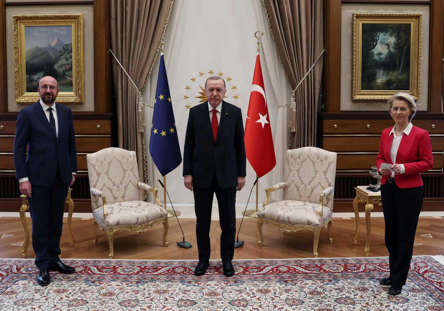 Ερντογάν και Μισέλ άφησαν «παγωτό» την φον ντερ Λάιεν μέσα στο Προεδρικό Μέγαρο της Τουρκίας (video)