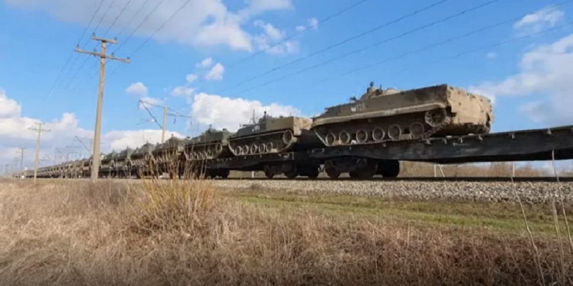 Συναγερμός στην Ουκρανία: Πλάνα αποκαλύπτουν την συγκέντρωση δυνάμεων στα σύνορα [pics,vid]