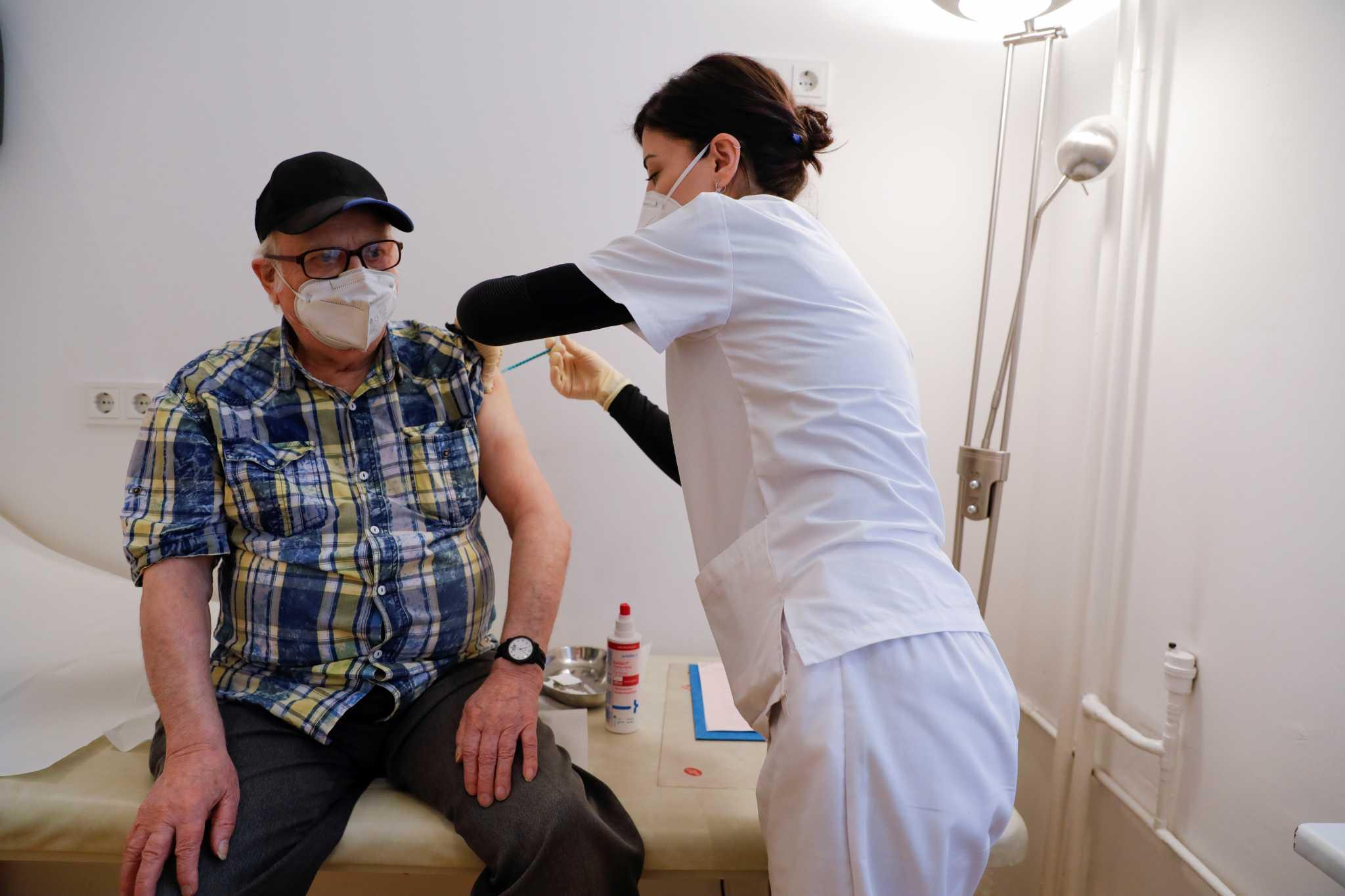 Η Moderna υπερδιπλασιάζει την παραγωγή εμβολίων