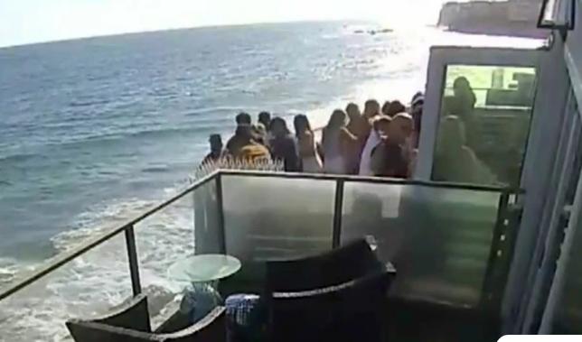 Η τρομακτική στιγμή που καταρρέει μπαλκόνι γεμάτο ανθρώπους