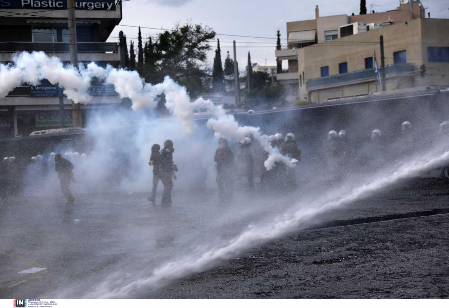 Τρεις συλλήψεις και δύο αστυνομικοί τραυματίες στα επεισόδια έξω από την πρεσβεία του Ισραήλ