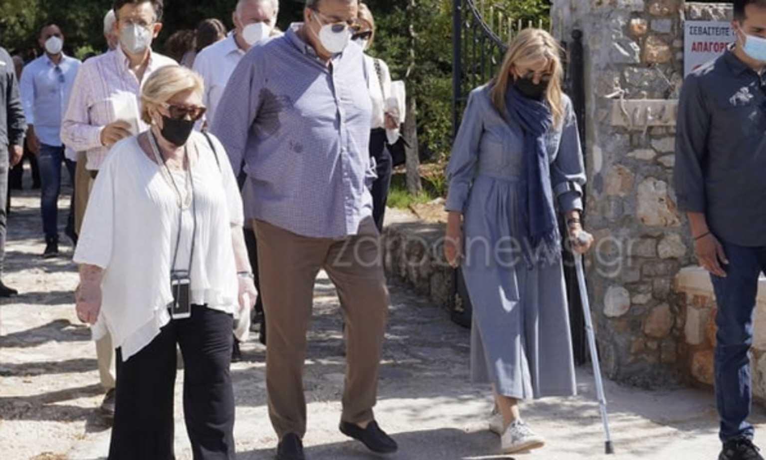 Μαρέβα Μητσοτάκη: Με μπαστούνι στο μνημόσυνο του Κωνσταντίνου Μητσοτάκη (pics)