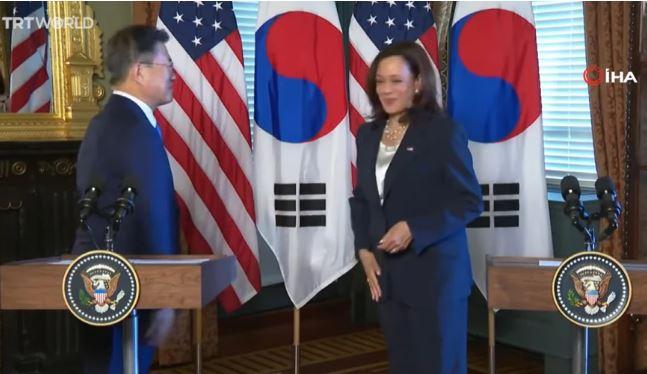 Καμάλα Χάρις: Χαμός με το βίντεο που «σκουπίζεται» μετά από χειραψία με τον πρόεδρο της Νότιας Κορέας