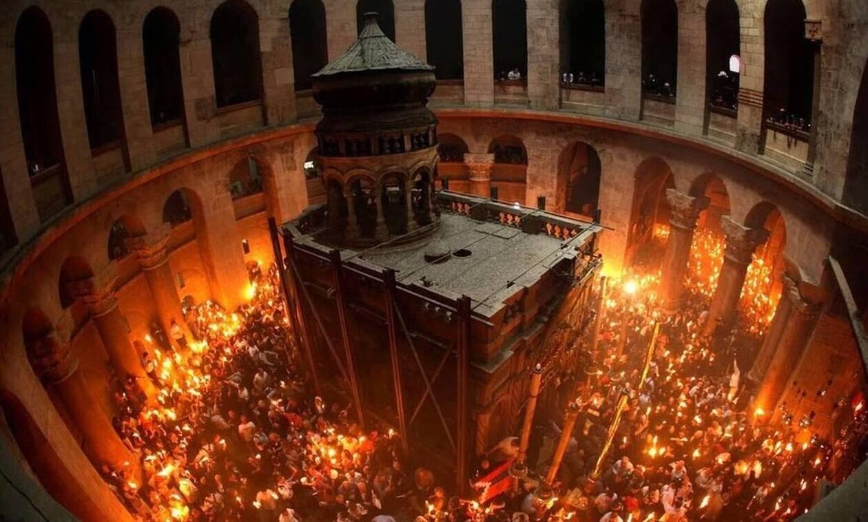 Άγιο Φως - Live εικόνα από τον Πανάγιο Τάφο: Χωρίς μάσκες και αποστάσεις η αφή του Αγίου Φωτός