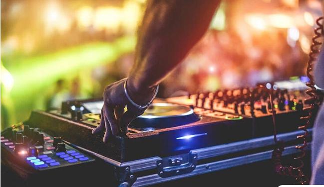 Μουσικές «καμπάνες» ακούστηκαν στην Πάτρα: Σύλληψη ιδιοκτήτη καταστήματος και πρόστιμα σε 66 άτομα
