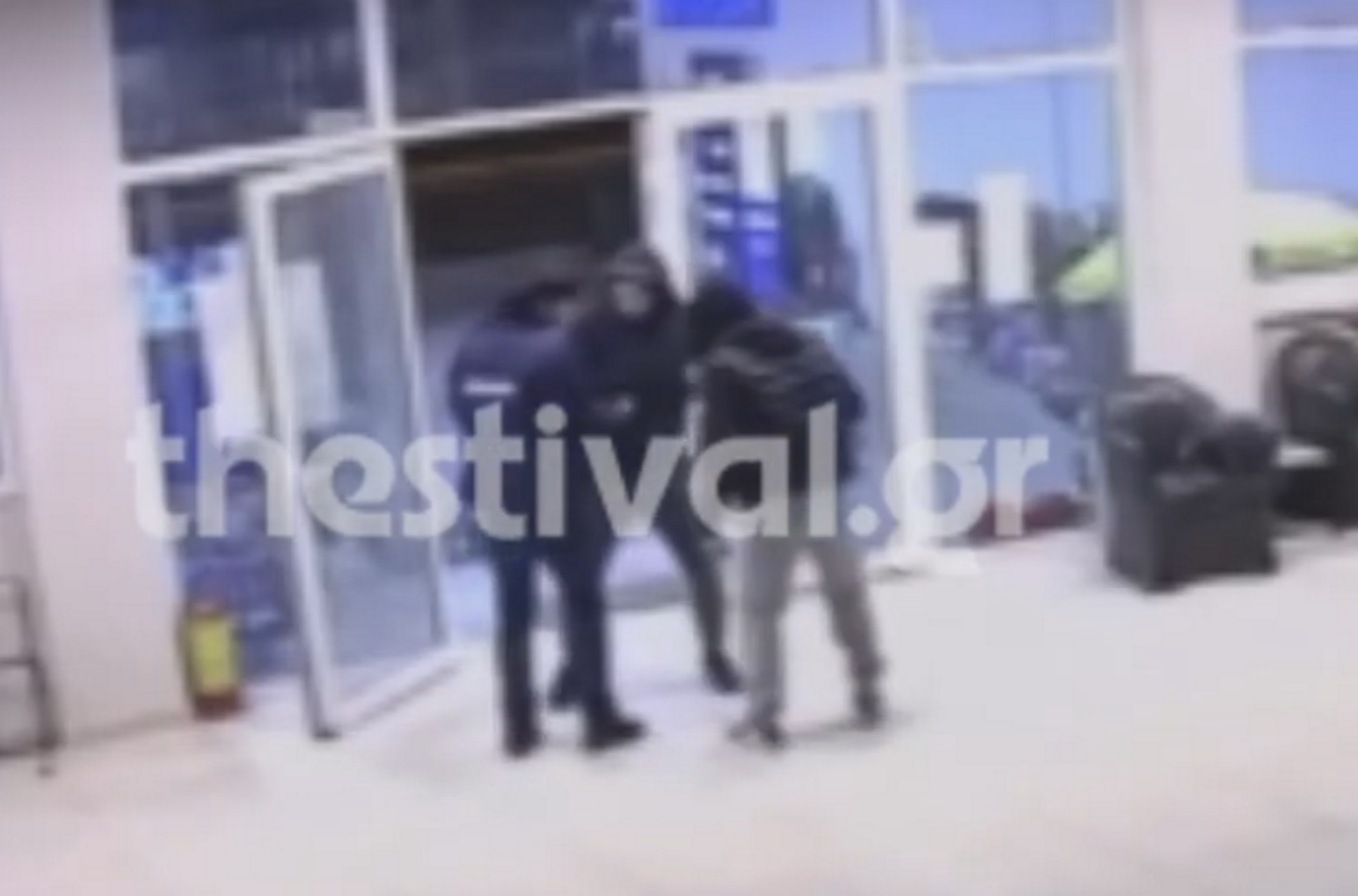 Θεσσαλονίκη: Βίντεο ντοκουμέντο με ληστεία σε βενζινάδικο – Τρόμος για τον υπάλληλο (video)