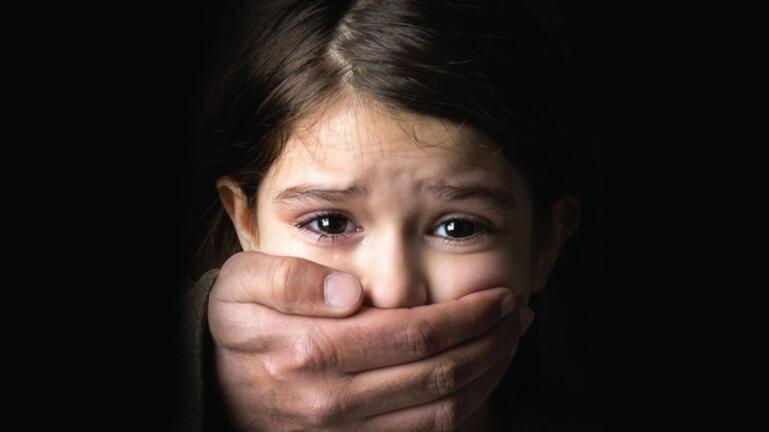 Θεσσαλονίκη: Πατριός βίαζε επί δύο χρόνια την ανήλικη προγονή του