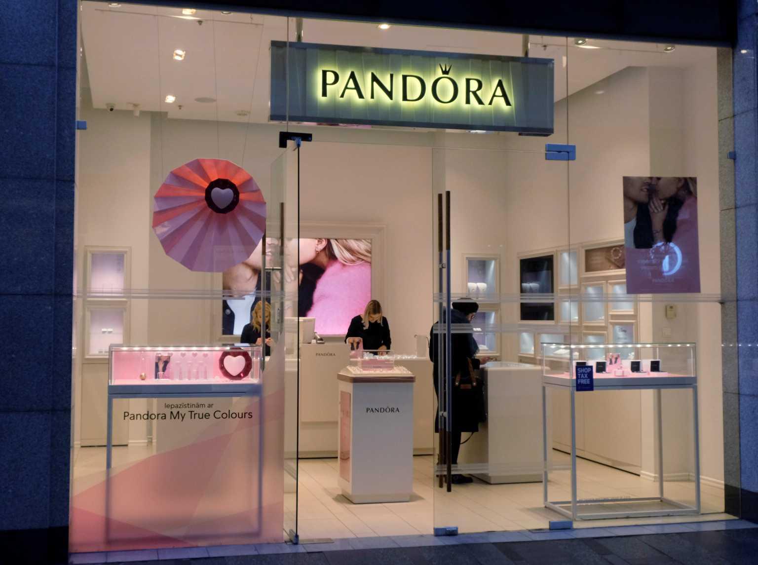 Pandora: Ο κολοσσός των διαμαντιών αλλάζει ρότα