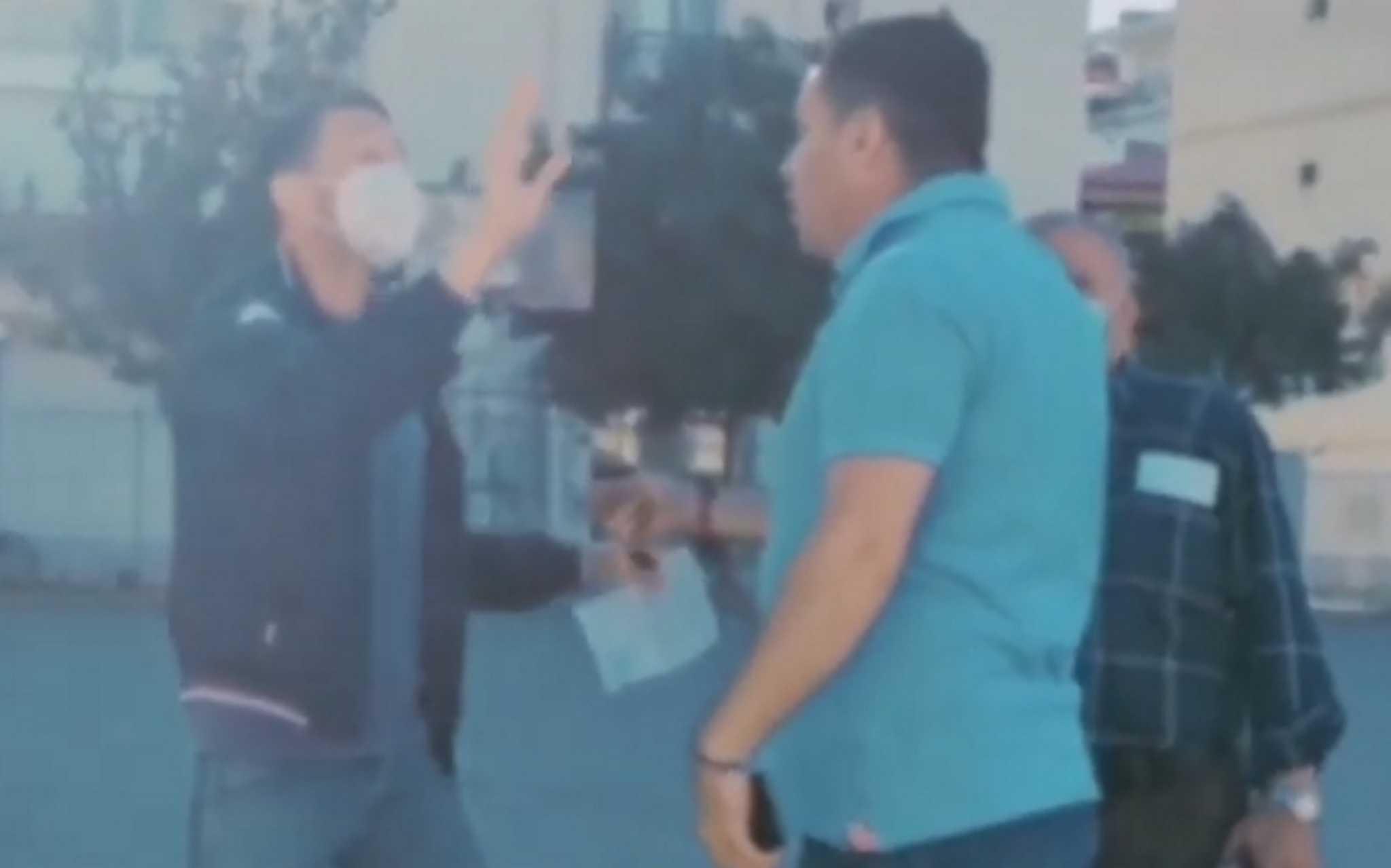 Θεσσαλονίκη: Η στιγμή που πατέρας μαθητή «πλακώνεται» με καταληψίες μέσα στο σχολείο του Ευόσμου (video)