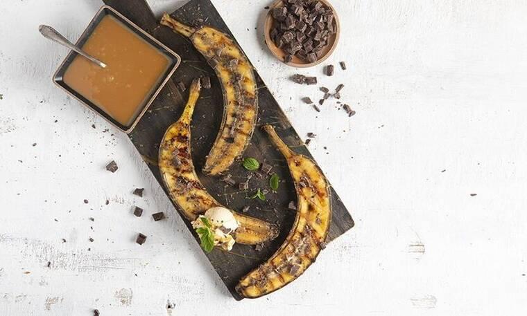 Ψητές μπανάνες με toffee σος και παγωτό καραμέλα από τον Άκη Πετρετζίκη