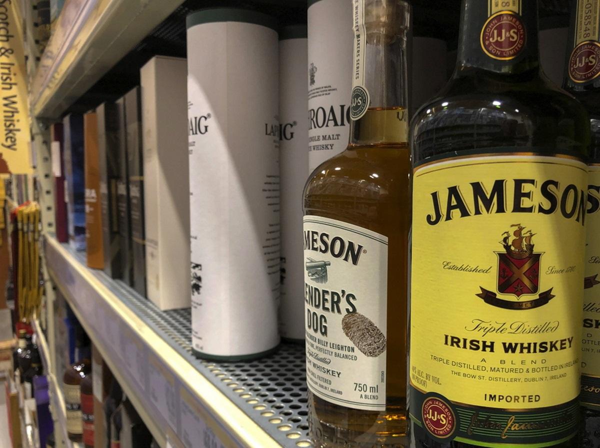 Επιλεκτικός… διαρρήκτης: Μπούκαρε σε σούπερ μάρκετ στην Πάτρα και «σήκωσε» μόνο 20 μπουκάλια ουίσκι