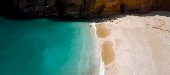 Ορκίζεσαι πως είσαι στα Επτάνησα: Η «κρυμμένη» παραλία της Εύβοιας με τη λευκή άμμο που θυμίζει Σεϋχέλλες