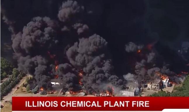 Συγκλονιστικές εικόνες από φωτιά σε χημικό εργοστάσιο: Σύννεφο μαύρου καπνού έφτασε στα 100 μέτρα