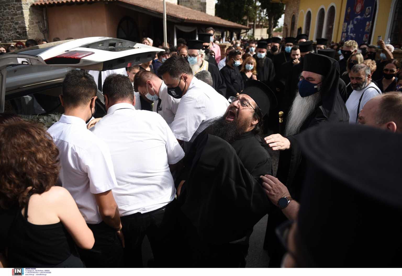 Θεσσαλονίκη: Ανείπωτος θρήνος στην κηδεία της 14χρονης που πέθανε μετά από εγχείρηση στο στομάχι (pics)