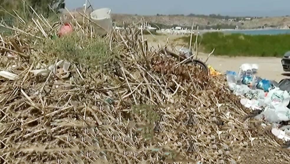 Καλάμια & σκουπίδια στην παραλία του Καρτερού – Καθάρισαν & παράτησαν τα μπάζα μία «ανάσα» από το κύμα