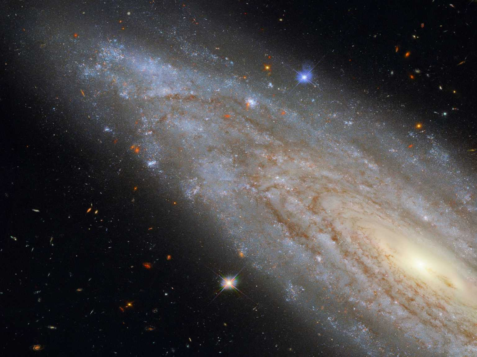 NASA: Ασύλληπτη φωτογραφία του Hubble – Ένας ολόκληρος γαλαξίας στο «πιάτο»