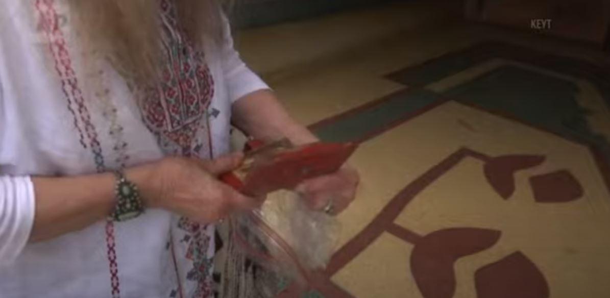 Απίστευτο: Πορτοφόλι βρέθηκε μετά από… 46 χρόνια – Επιστράφηκε στην ιδιοκτήτρια του (vids)