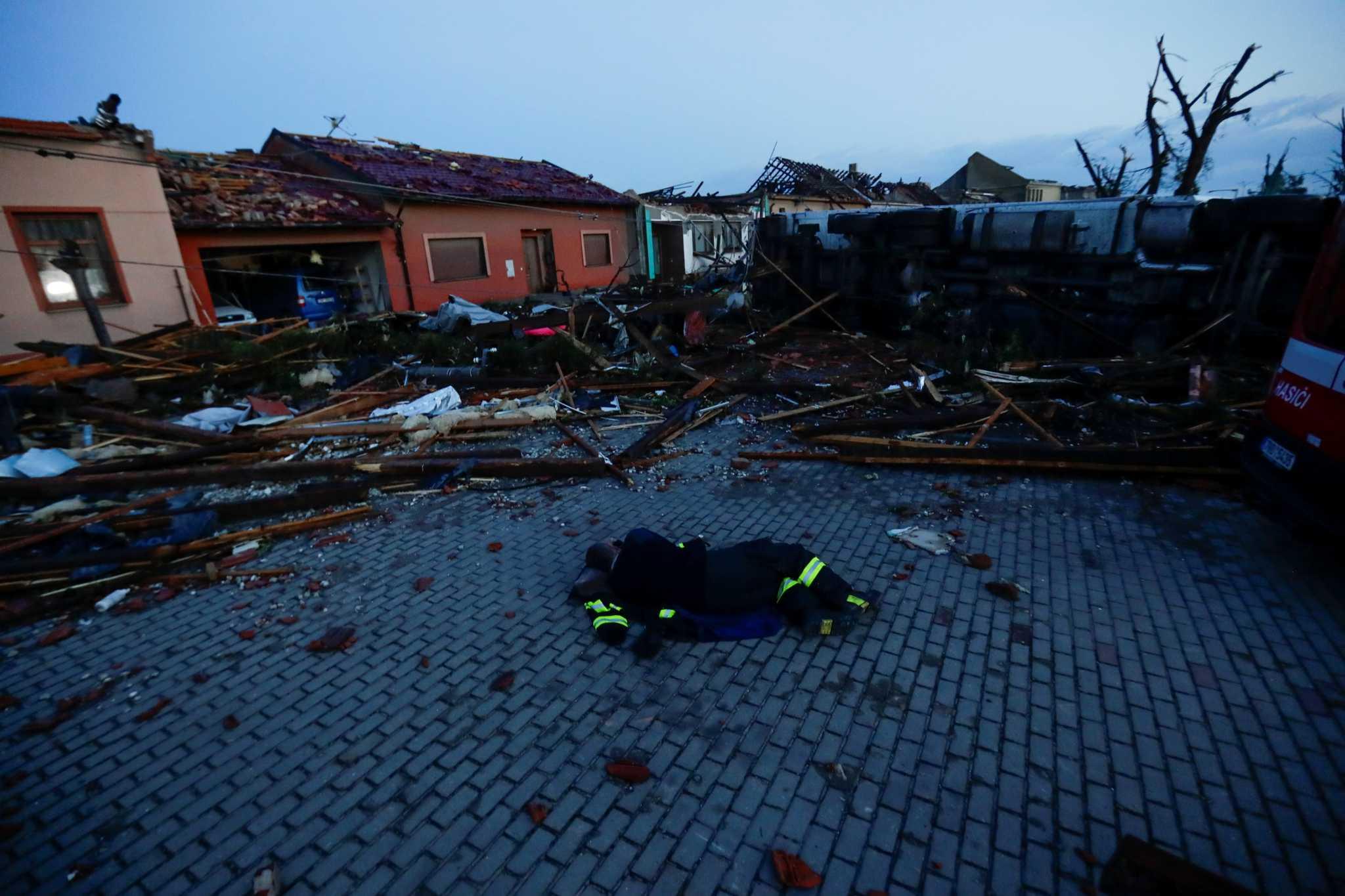Τσεχία: Ανεμοστρόβιλος «ισοπέδωσε» την χώρα! Νεκροί, τραυματίες και τεράστιες καταστροφές
