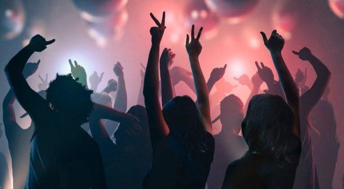 Κορωνοϊός: Υγειονομική «βόμβα» το πάρτι σε beach bar στον Άλιμο – Πάνω από 100 θετικά κρούσματα