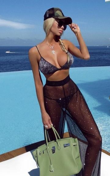 Εντυπωσιακό μοντέλο φωτογραφίζεται topless μπροστά στα… καταγάλανα νερά της Σαντορίνης – Αντέχετε;