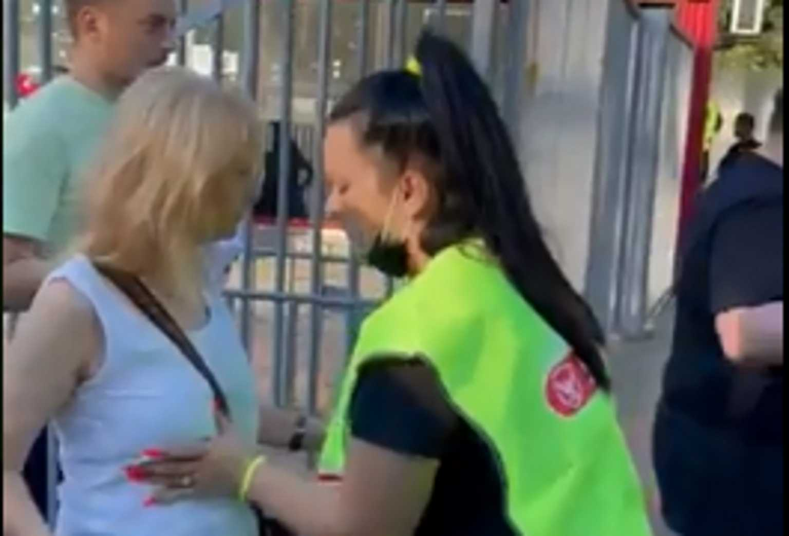 Ρουμανία: Σεκιούριτι ελέγχει τα στήθη των γυναικών πριν μπουν στο γήπεδο για το Σούπερ Καπ