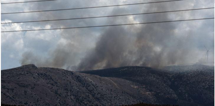 Μαίνεται η φωτιά στο Αραχναίο Αργολίδας – Μήνυμα του 112 για εκκένωση χωριού